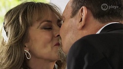 Jane Harris, Des Clarke in Neighbours Episode 8324