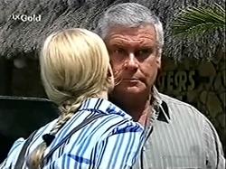 Lisa Elliot, Lou Carpenter in Neighbours Episode 2809