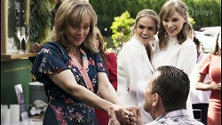 Jane Harris, Terese Willis, Sky Mangel, Des Clarke, Lana Crawford, Yashvi Rebecchi in Neighbours Episode 8406