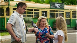 Kyle Canning, Gary the Pigeon, Sheila Canning, Roxy Willis in Neighbours Episode 8548
