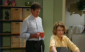 Tom Scully, Lyn Scully in Neighbours Episode 4489