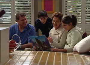 Alex Kinski, Zeke Kinski, Susan Kennedy, Rachel Kinski in Neighbours Episode 4849