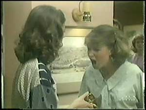 Anna Rossi, Julie Robinson in Neighbours Episode 0017