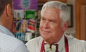 Max Hoyland, Lou Carpenter in Neighbours Episode 4811