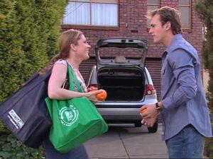 Izzy Hoyland, Stuart Parker in Neighbours Episode 4895